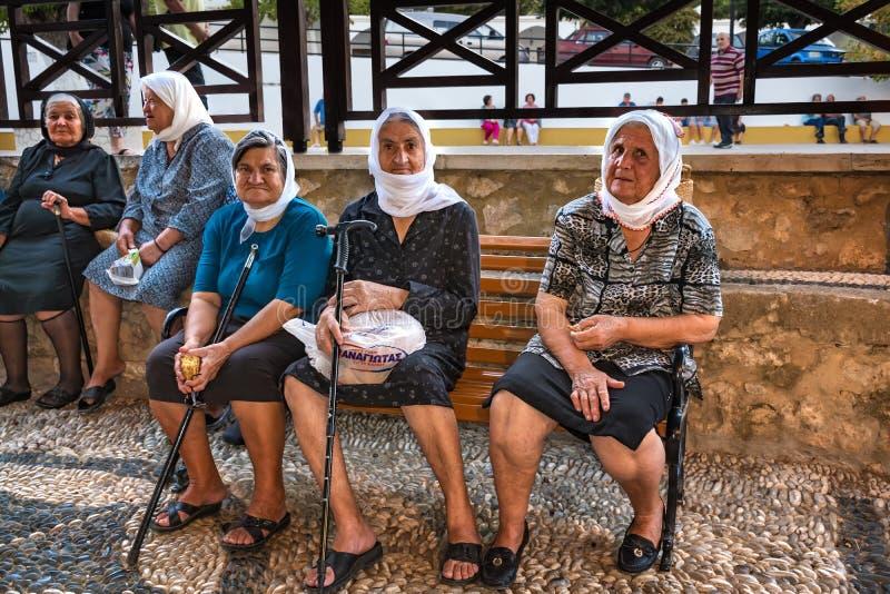 TSAMBIKA, †«6-ОЕ СЕНТЯБРЯ 2017 ОСТРОВА РОДОСА, ГРЕЦИИ: Старые греческие неизвестные женщины сидят на стенде и наслаждаются посл стоковое фото rf