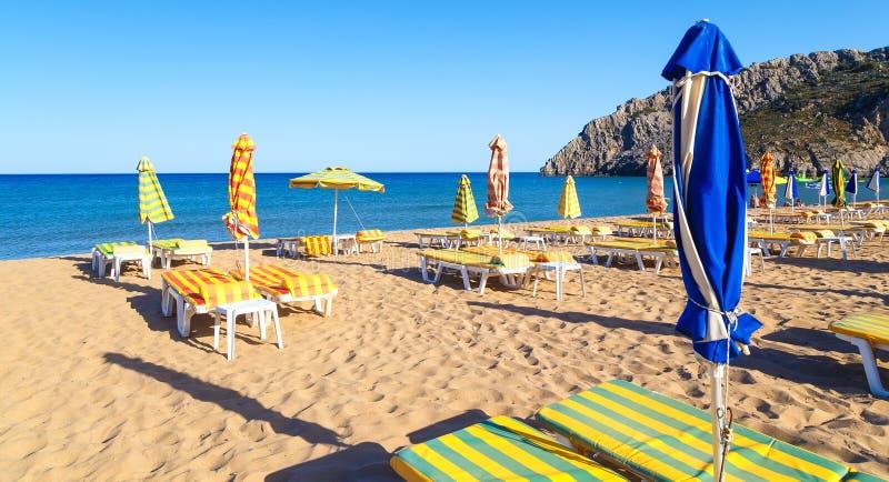 Tsampika plaża z parasolami i sunbeds, noc dezerterował, Rhodes, Grecja fotografia royalty free