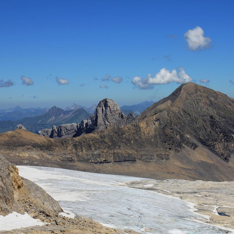 Tsanfleuron glaciär och avlägsen sikt av monteringen Lauenenhorn Glaciär 3000 royaltyfri fotografi