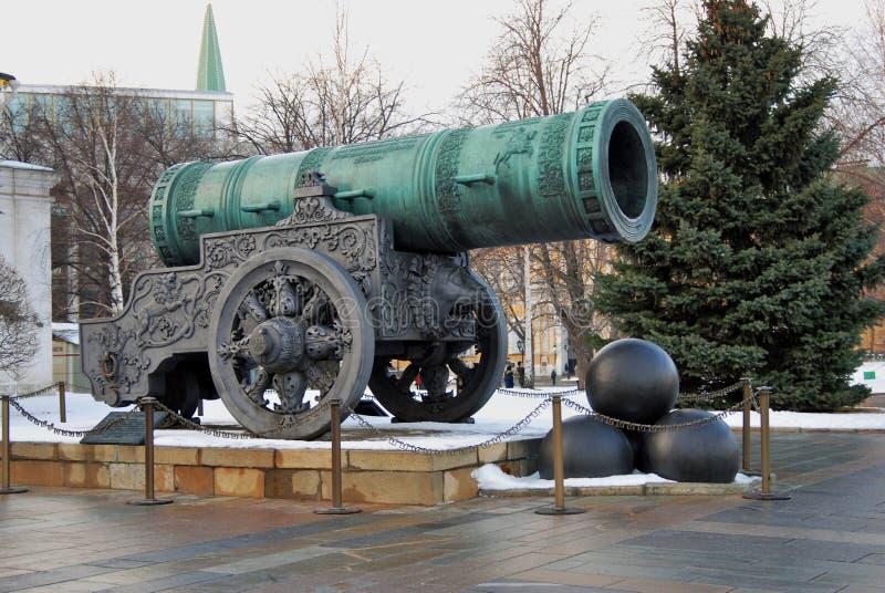 Tsar Pushka (konungen Cannon) i MoskvaKreml Färgfoto royaltyfri bild