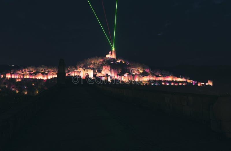 Tsarevets forteca, iluminujący przy nocą fotografia stock