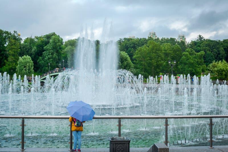Tsaritsyno公园桥梁喷泉在莫斯科,俄罗斯 库存照片