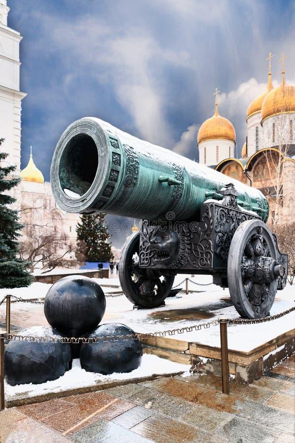 Tsarkanonen på bakgrunden av domkyrkorna av MoskvaKremlslutet upp royaltyfria foton