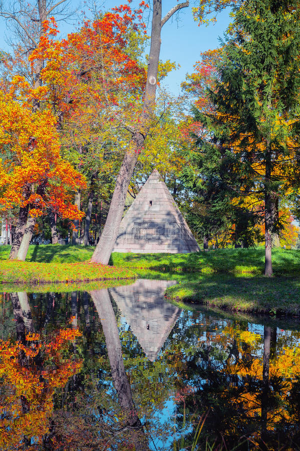 Tsarskoe Selo普希金,俄罗斯 金字塔的亭子在凯瑟琳` s公园在秋天 免版税库存图片
