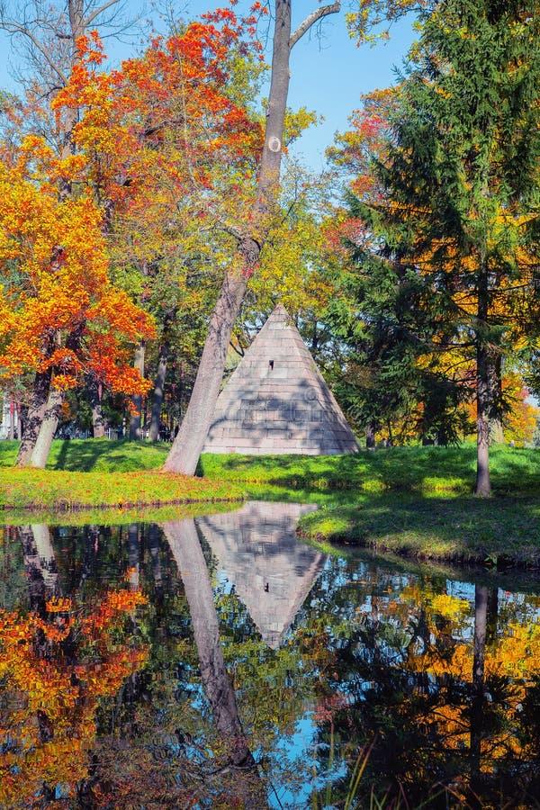 Tsarskoe Selo Pushkin, Russie Pavillon de la pyramide en parc du ` s de Catherine en automne image libre de droits
