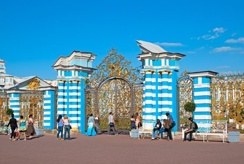 Tsarskoye Selo (Pushkin) St Petersburg, Rusia La puerta de Catherine Palace foto de archivo libre de regalías