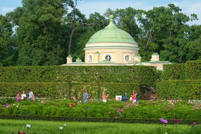 Tsarskoye Selo Pushkin St Petersburg Ryssland Folket near lägre Bathhousepaviljong arkivbilder