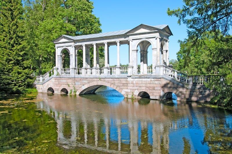 Tsarskoye Selo (Pushkin), St Petersburg, Ryssland Marmorbron royaltyfri fotografi