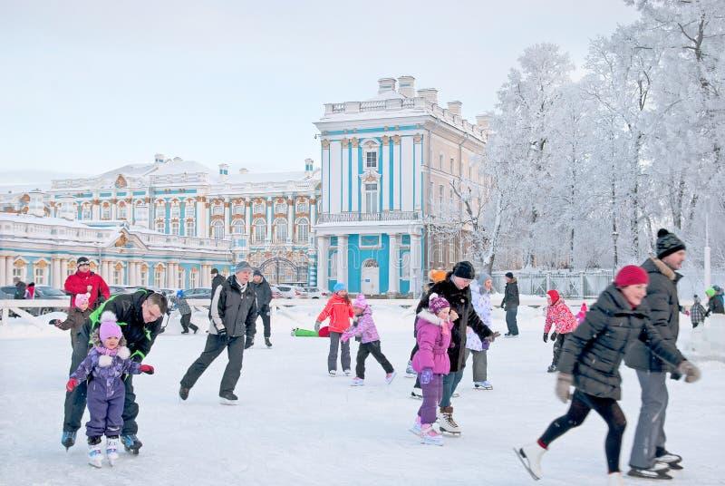 Tsarskoye Selo Rússia Patim dos povos na pista fotos de stock