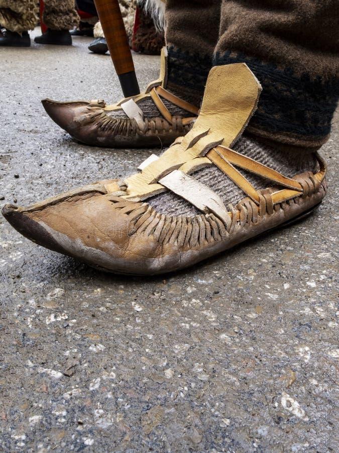 tsarvuli特写镜头, opintsi或者opinki -作为保加利亚全国服装一部分的传统保加利亚鞋子 免版税库存照片