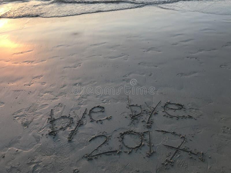 Tschüssjahr 2017 auf dem Strand wenn Sonnenuntergang stockfoto