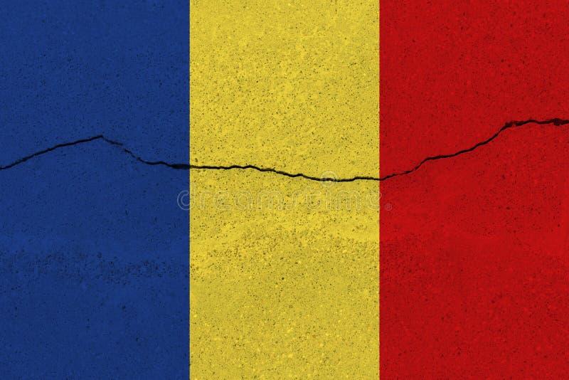 Tschad-Flagge auf Betonmauer mit Sprung lizenzfreie stockbilder
