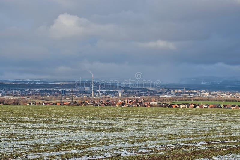 Tschechische Landschaft mit Stadt von Chomutov, Dorf von Bergen Drouzkovice und des Erzes im Winter am 10. Januar 2019 lizenzfreie stockfotos