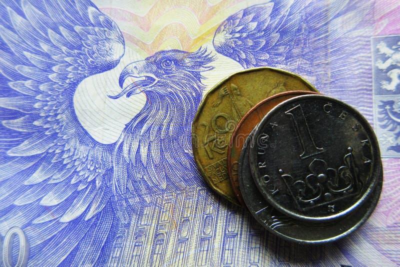 Tschechische Münzen auf einer 1000 CZK-Banknote lizenzfreies stockbild