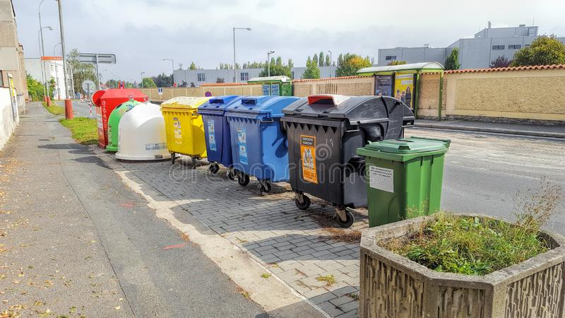 Tschechische Republik, Prag - 21. September 2017: Farbbehälter für unterschiedlichen sammelnden Abfall Sonniger Sommertag lizenzfreies stockbild