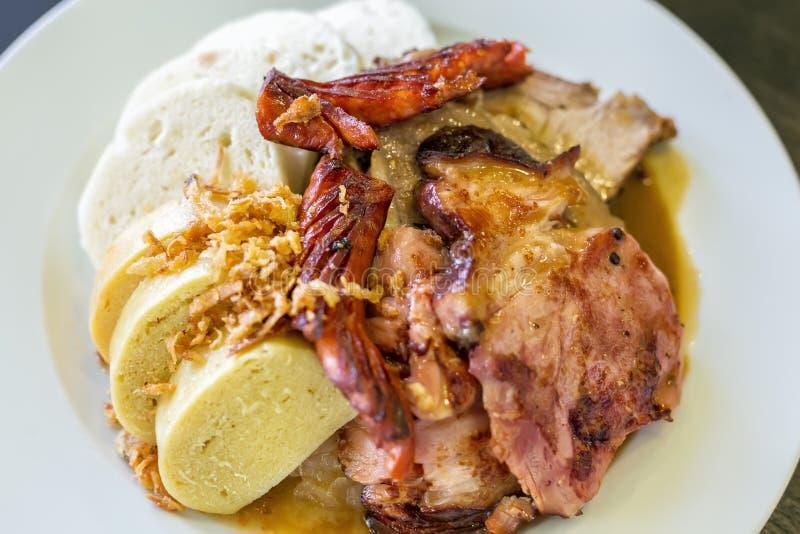 Tschechische traditionelle Küchemehlklöße Kohl und Schweinefleisch auf einer Platte Draufsicht und selektiver Fokus stockfotografie