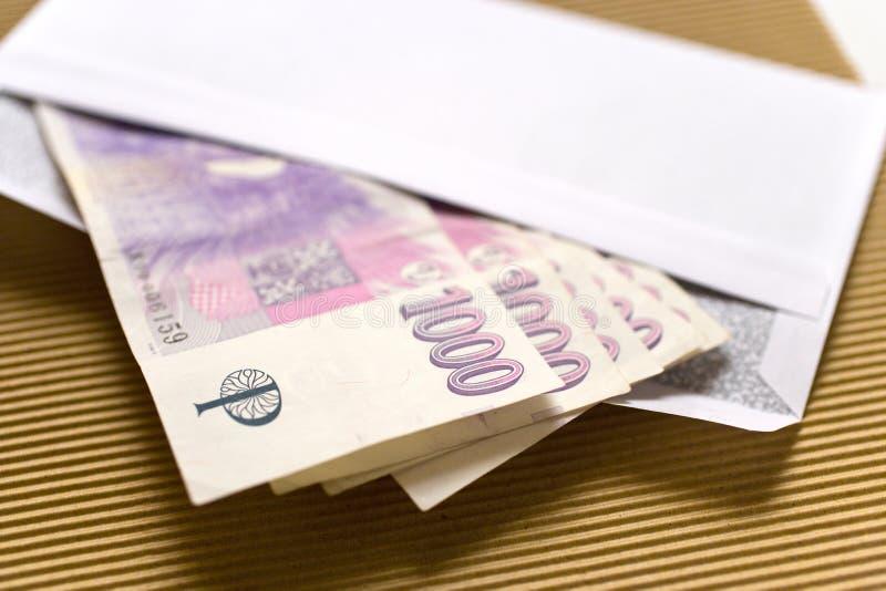 Tschechische Wirtschaft und Finanzierung - tschechische Kronenbanknoten in einem Umschlag - Bestechungsgeld und Korruption stockfotografie