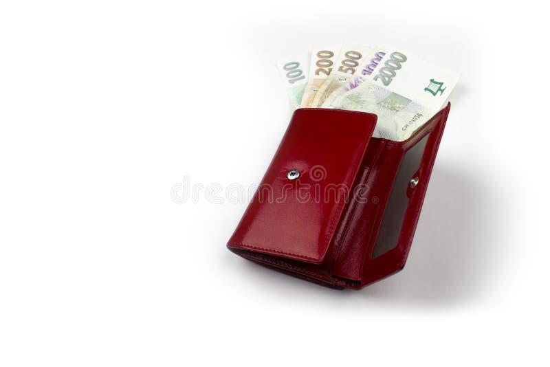 Tschechisches Geld auf der positiven Seite in der roten Geldbörse lizenzfreie stockfotos