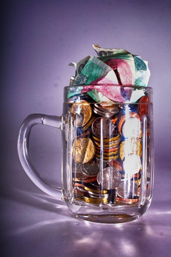 tschechisches Geld im Bierglas stockfoto