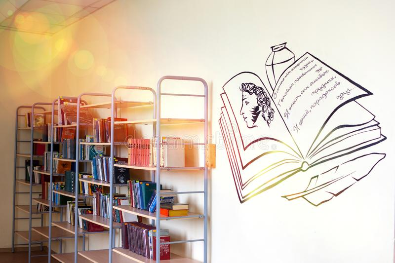 Tscheljabinsk, Russische F?deration am 25. M?rz 2019 ein leerer Korridor in einer russischen Schule, B?cher, die auf den Regalen  lizenzfreie stockbilder
