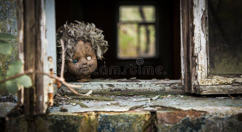 Tschornobyl - Puppe schaut heraus ein Fenster stockbild