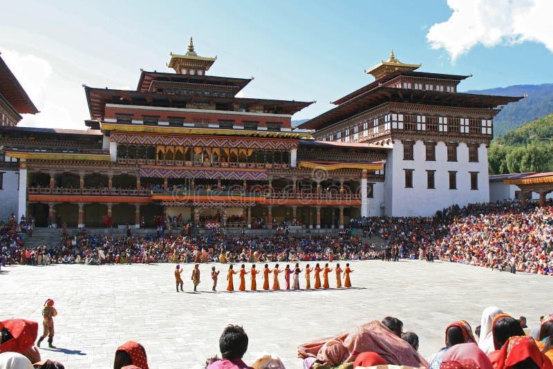 Tsechu в дворе Tashichhoe Dzong - Тхимпху - Бутана стоковая фотография
