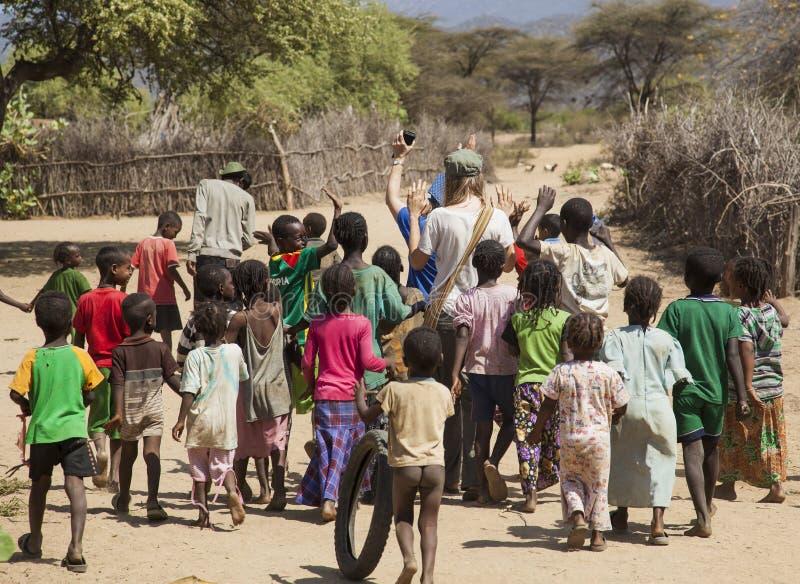 Tsemay barn i traditionell stam- by Weita Omo dal ethiopia arkivbilder