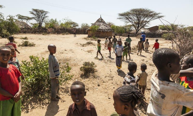 Tsemay barn i traditionell stam- by Weita Omo dal ethiopia arkivfoton