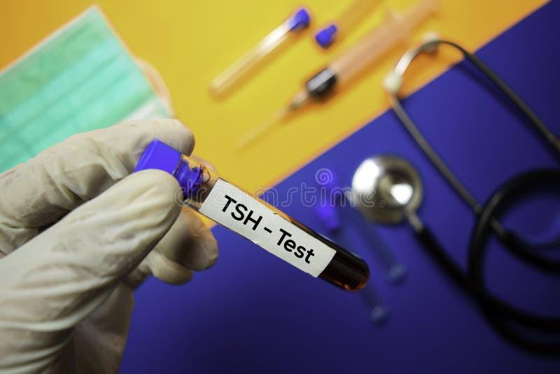 TSH - Prueba con la muestra de sangre Visión superior aislada en fondo del color Atenci?n sanitaria/concepto m?dico imagen de archivo