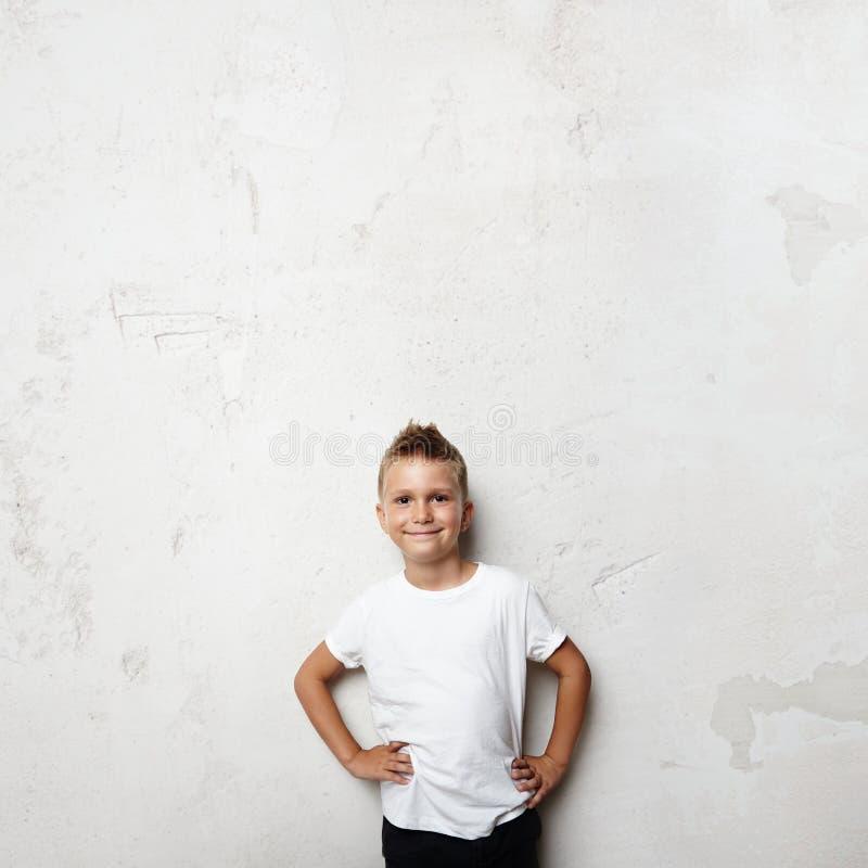 Tshirt branco vestindo da estudante e sorriso no foto de stock royalty free
