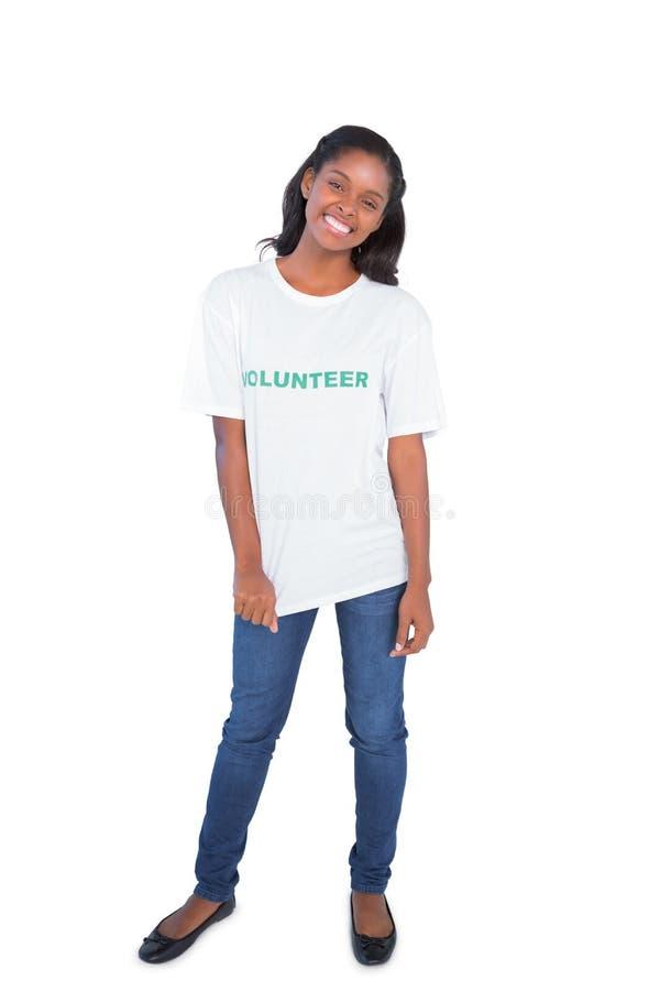 Tshirt voluntário vestindo da jovem mulher feliz fotografia de stock
