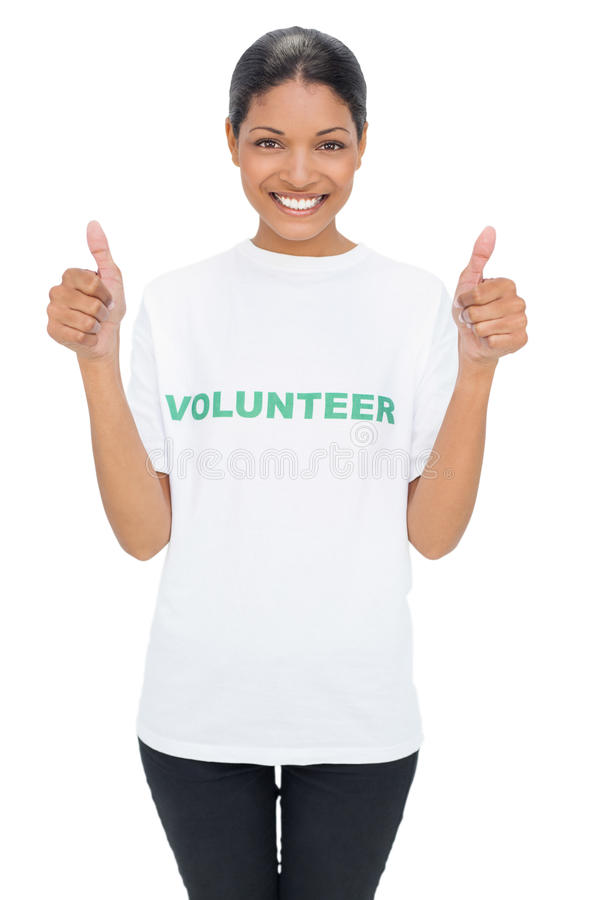 Tshirt voluntário vestindo modelo de sorriso que dá os polegares acima foto de stock royalty free