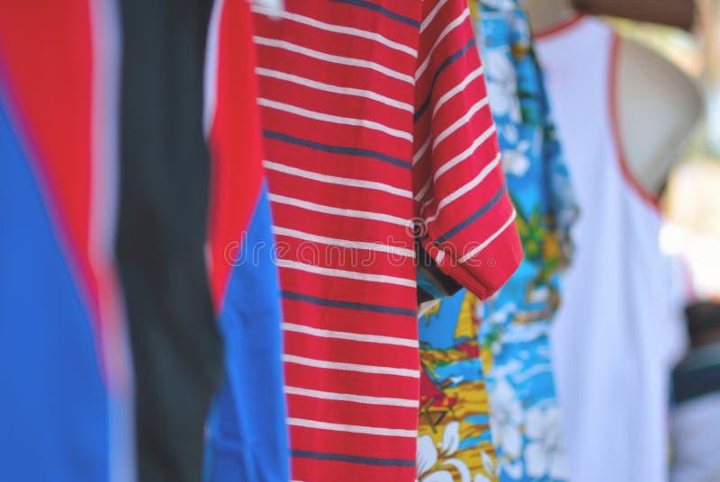 Tshirts som är till salu i en lokal marknad royaltyfri bild