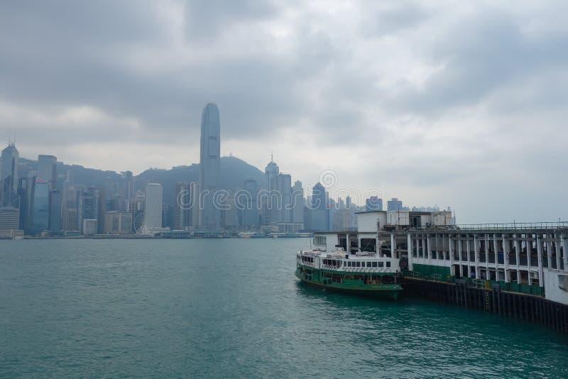 Tsim Sha Tsui Pier in Victoria Harbor, Hong Kong-eiland royalty-vrije stock afbeelding