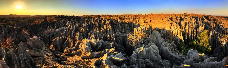 Tsingy solnedgångpanorama arkivbild
