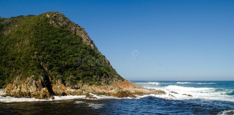 Tsitsikamma nationaal park, de golven van landschapsindische oceaan, rotsen Zuid-Afrika, Tuinroute royalty-vrije stock afbeelding