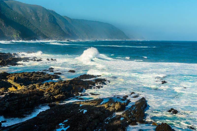 Tsitsikamma nationaal park, de golven van landschapsindische oceaan, rotsen Zuid-Afrika, Tuinroute stock afbeeldingen