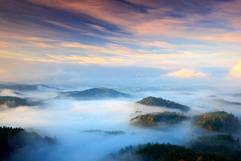 Tsjechisch typisch de herfstlandschap Heuvels en dorpen met mistig m stock afbeeldingen