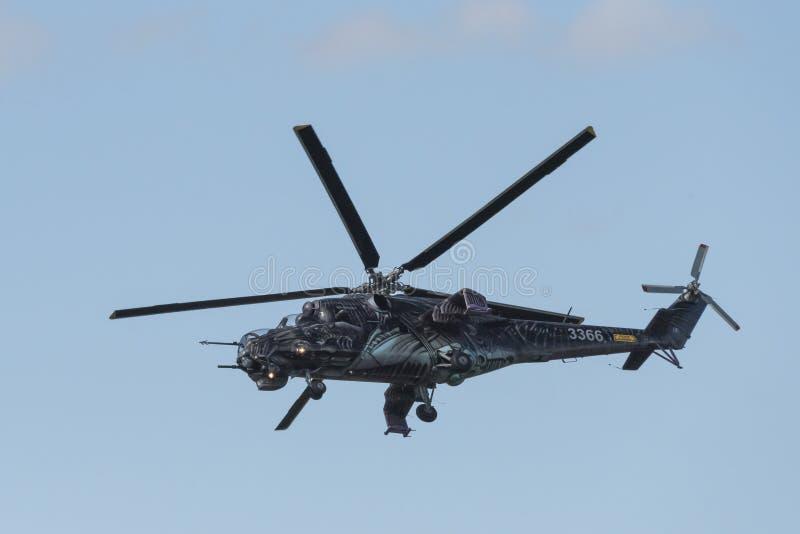 Tsjechische aanvalshelikopter mi-24/35 die vliegen royalty-vrije stock afbeeldingen