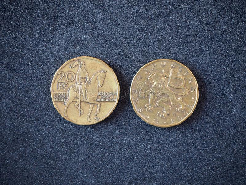 20 Tsjechische kroon 2002 op de grijze hoogste mening als achtergrond De munt van de Tsjechische Republiek royalty-vrije stock foto