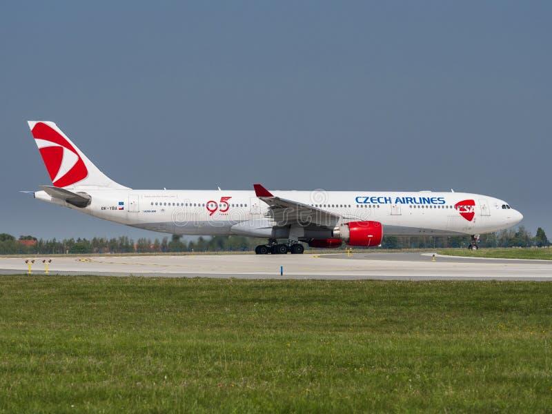 Tsjechische luchtvaartmaatschappijen Airbus A330 op de luchthaven Vaclav Havel, Praag PRG royalty-vrije stock foto's