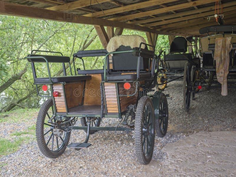 Tsjechische republiek, Benice 18 Mei, 2018: Uitstekende oude stijlblokkenwagens in schuur, paard gedreven vervoer stock foto