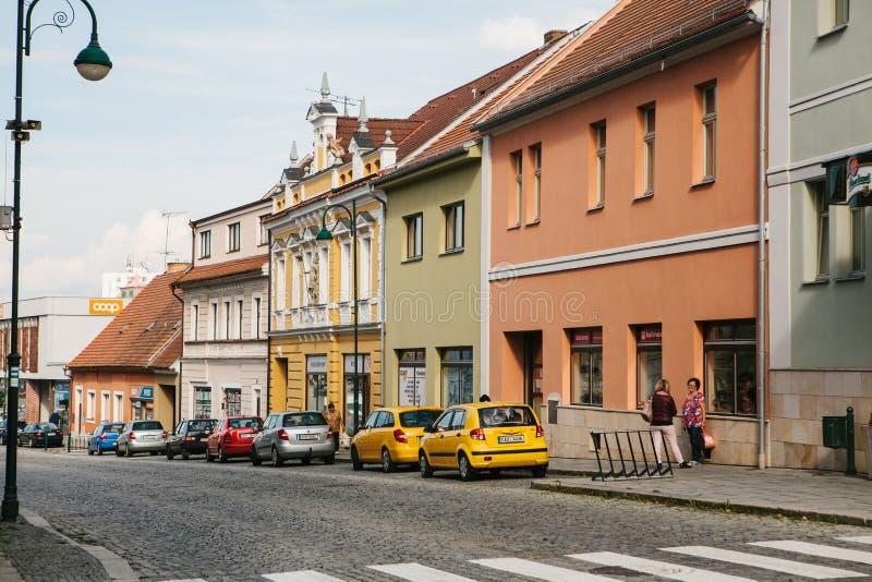 Tsjechische Republiek, Blatna, 27 September, 2017: Een mening van de mooie die stadsstraat met een weg op het door auto's wordt g royalty-vrije stock afbeelding