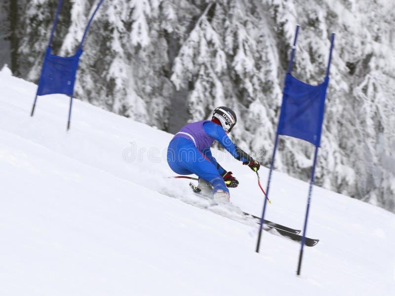 Tsjechische Republiek 26 JANUARI, 2013 Jonge atletenskiër tijdens bergaf Blauw, raad die, pensionair, het inschepen, oefening, ui stock afbeelding