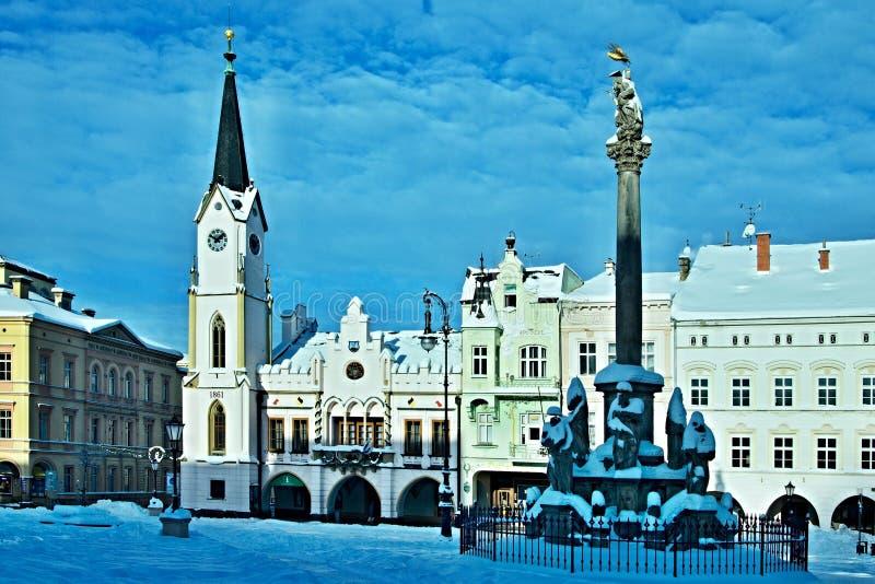 Tsjechische republiek-Mening over het vierkant in stad Trutnov in de winter stock afbeelding
