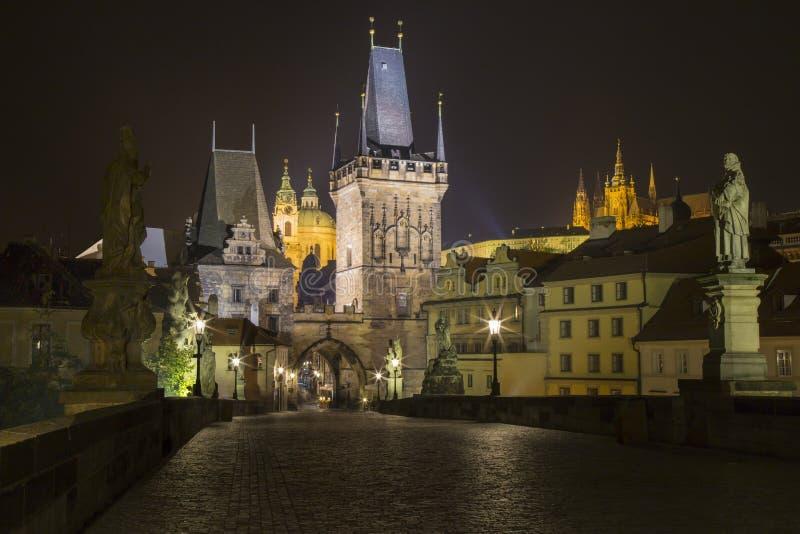 Tsjechische Republiek - Praag bij nacht van Charles Bridge stock foto