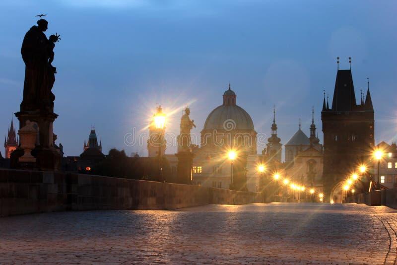 Tsjechische republiek Praag, Charles-brug bij dageraad stock fotografie