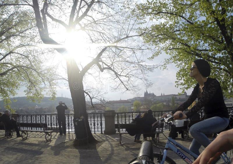Tsjechische Republiek Praag 11 04 2014: Het jonge meisje cirkelen in het wijfje die van de capitolstad op een zonnige dag koelen stock foto's