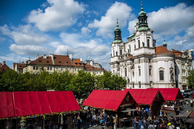 Tsjechische Republiek Praag 11 04 2014: Mensen op markt voor de kerk van heilige Nikolaus stock afbeeldingen