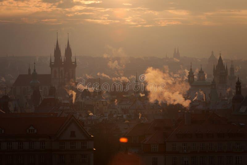 Tsjechische Republiek, Praag, oldtown daken tijdens schemering royalty-vrije stock fotografie